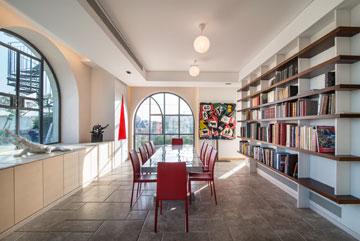 מצידו השני של הקיר פינת אוכל רשמית וגדולה יותר, עם ספרייה נוספת (צילום: אילן נחום)