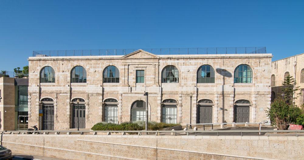 הבניין נבנה לפני כמאה שנה בידי הפטריארכיה היוונית-אורתודוקסית של ירושלים, שסמלה עדיין מתנוסס בגמלון הקבוע בחזית. הוא נהרס בזמן הבנייה של החניון והקניון במתחם ממילא, ושוחזר מחדש, אבן אחר אבן. קומת הרחוב היא קומת הפנאי של המשפחה שרכשה אותו, ובה יש בריכה, קולנוע, מרתף יין, חניה ומבואה שהיא גם ספרייה. הקומה העליונה היא קומת המגורים (צילום: אילן נחום)