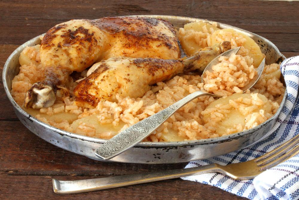 כרעי עוף בתנור עם אורז ותפוחי אדמה (צילום: אסנת לסטר )