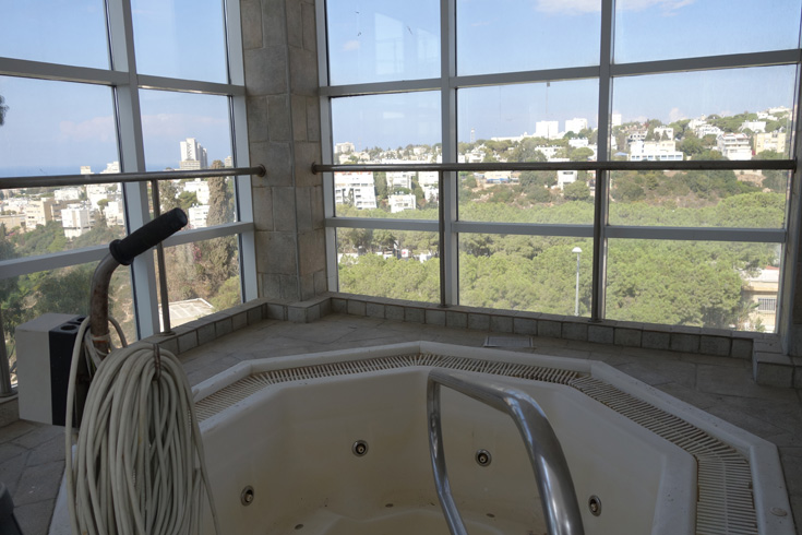 מלון הר הכרמל בחיפה. תהנו מהנוף, אבל אל תבנו על הג'קוזי (צילום: מיכאל יעקובסון )