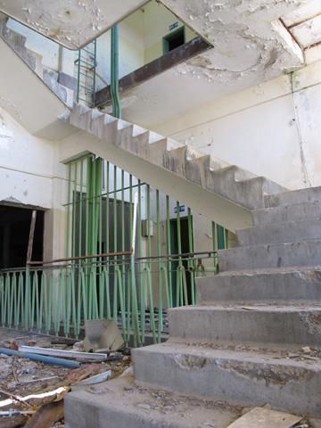 הבניינים נותרו שלמים אבל ריקים. מתוכננת להיבנות כאן שכונת מגורים (צילום: מיכאל יעקובסון )