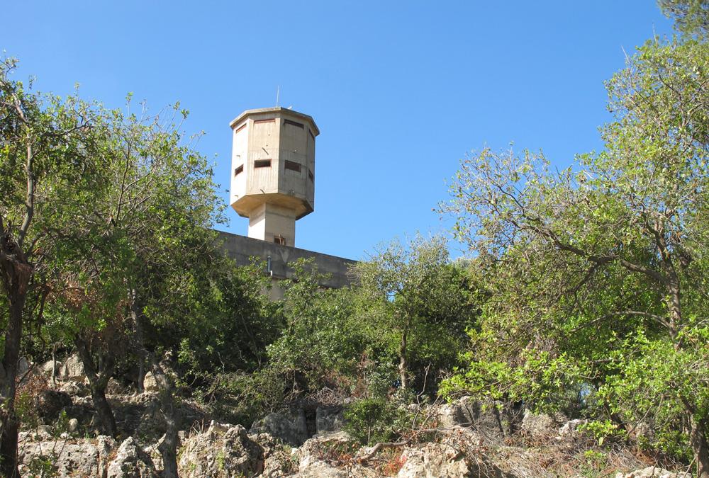 מגדל השמירה שמעל מצודת המשטרה הבריטית במושב שפר שבגליל. מכאן יצאו כוחות להגנה על גבול הצפון מפני פלישות מלבנון (צילום: מיכאל יעקובסון )