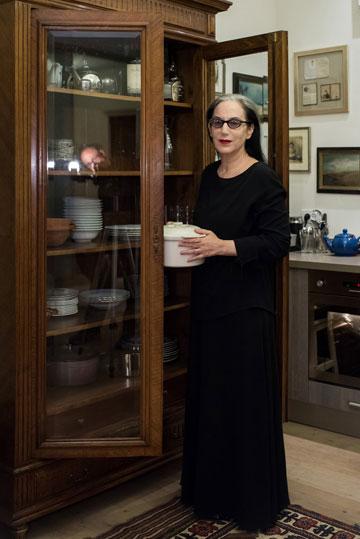 """""""לא חשבתי אף פעם שאני רוצה להיות גוצ'י, רציתי להיות מותג מקומי ולהישאר מאוד נאמנה לעצמי"""". דורין פרנקפורט במטבח ביתה (צילום: עמית גושר)"""