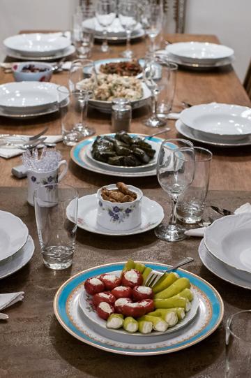 על השולחן: מרק אפונה, סלט עלים ירוק, פלפלים ועגבניות שרי ממולאות, וחריימה מעשה ידיה של פרנקפורט (צילום: עמית גושר)
