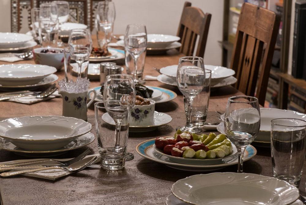 המשחק: כל אחד מהנוכחים סביב השולחן התבקש להכין שאלה לאחד האורחים. האורח אליו הופנתה השאלה משיב ושואל את השאלה הבאה לדיון (צילום: עמית גושר)