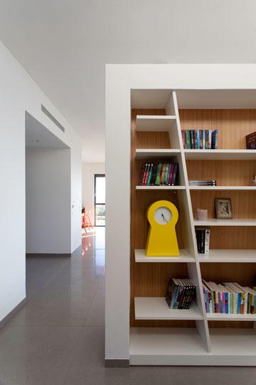 קיר-ספרייה מפריד בין חדרי השינה לסלון (צילום: סנטנדראו לוסיאנו)