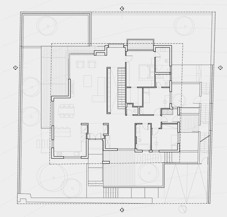 תוכנית קומת המגורים: דלת הכניסה נפתחת לחלל הארוך של הסלון, שמסתיים בגינה שפונה לנוף. מחיצה/ספרייה מפרידה בין הסלון לגרם המדרגות ולמעבר בין אגף ההורים (שפונה, כמו הסלון, אל הנוף) ולאגף חדרי הילדות, שבו גם שירותי אורחים, שני חדרי רחצה ומרחב למשחקים