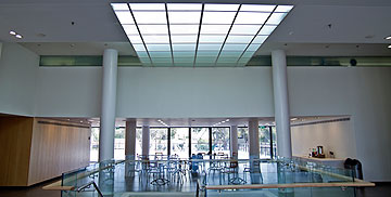 בקומה התחתונה הוקמה קפיטריה (צילום: יניב ברמן)