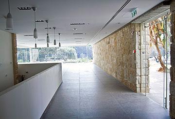 רצפת ה-PVC הוחלפה בגרניט פורצלן (צילום: יניב ברמן)
