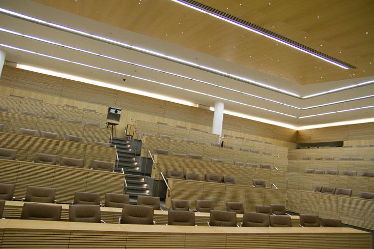 כעת מדובר במרכז כנסים ומבקרים, לא בספרייה. בשיפוץ הושקעו 40 מיליון שקלים, וזהו אולם הדיונים המרכזי (צילום: יניב ברמן)