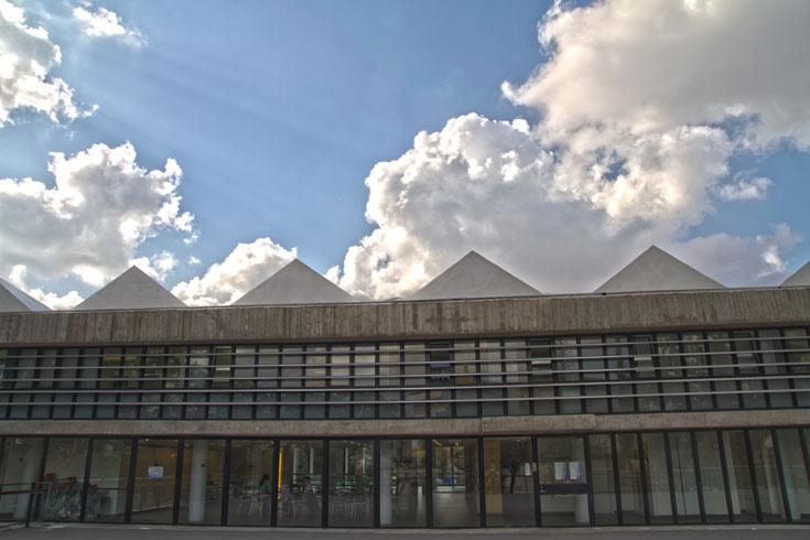 היא נפתחה ב-1958 והתבלטה מיד על רקע שאר המבנים במכון. כעבור 20 שנה הונצחה על שטר 5 השקלים (צילום: יניב ברמן)