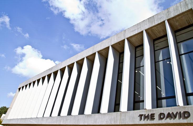 גוף הבניין מתאפיין בקווים ישרים, שזכורים היטב מהשטר ההוא (שצילומו מופיע בהמשך הכתבה). התקרה, לעומת זאת, אלכסונית (צילום: יניב ברמן)
