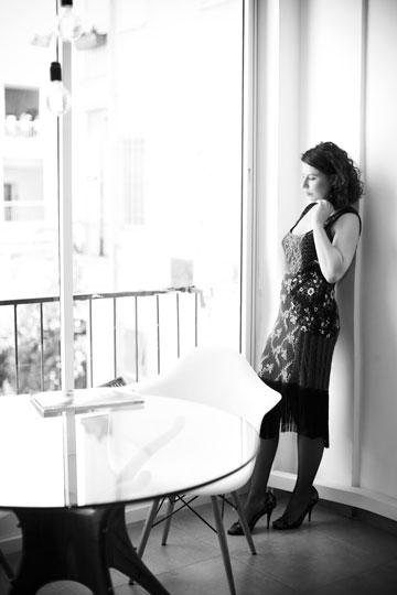 גילי אזולאי. ''אני מאוד מתחברת לסגנון של השמלה'' (צילום: סם יצחקוב)