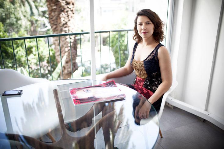 גילי אזולאי לובשת שמלה של אלומה קליין (צילום: סם יצחקוב)