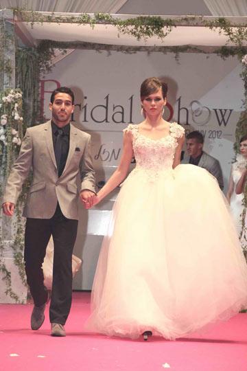 דוגמנית בשמלה של סילביה ורסאנו ושחקן הכדורגל אייל גולסה בחליפה של דיויד ששון (אקספוז צלמים)
