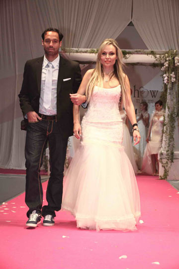הכדורגלן ניר דוידוביץ בחליפה של דיויד ששון ואשתו אביטל בשמלה של סילביה ורסאנו (אקספוז צלמים)