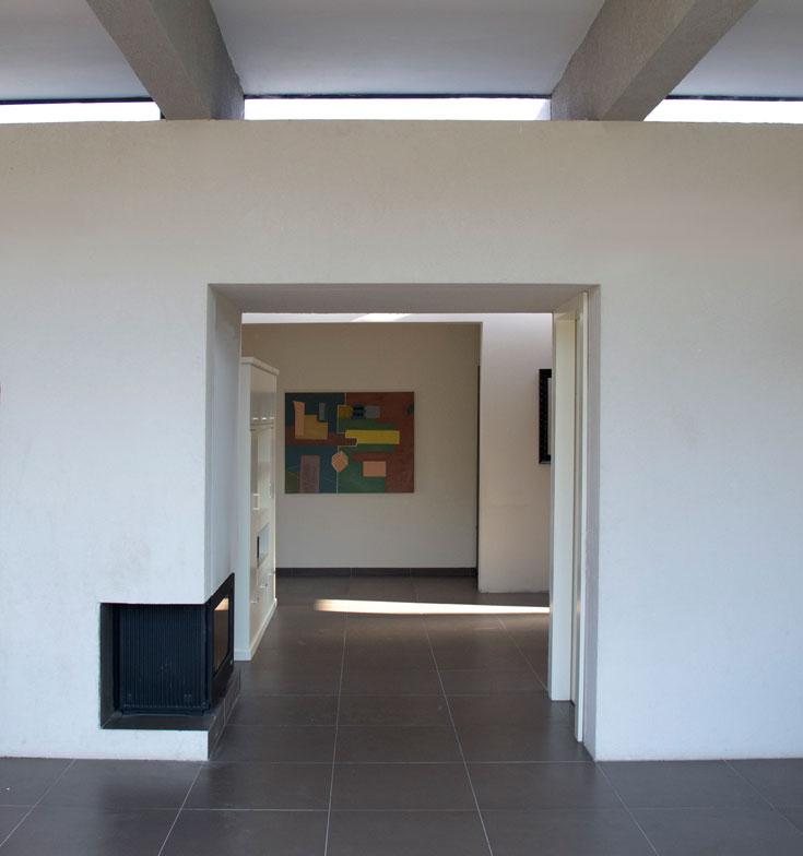 החלק המרכזי של הבית, שמפריד בין האגף המשותף לאגף חדרי השינה, ובו קיר תומך רחב המכיל חדר שירותים, מזווה ונישות אחסון (צילום: דוד עדיקא)