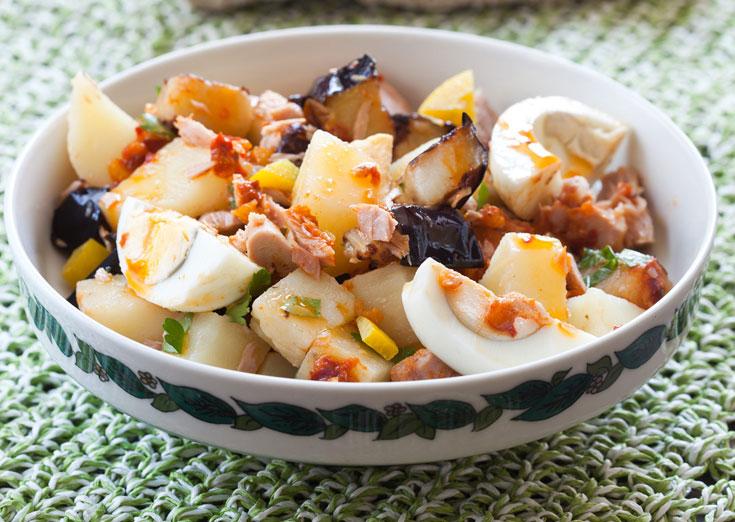 סלט טוניסאי עם תפוחי אדמה, טונה וביצים (צילום: כפיר חרבי, סגנון: נעמה רן)