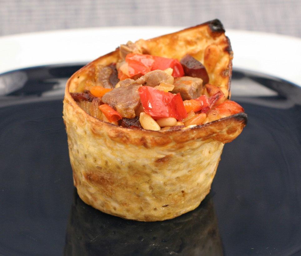 הייתם מאמינים שמצות יכולות להיות כל כך אלגנטיות? גביע מצה במילוי קורקבנים (צילום: אסנת לסטר)