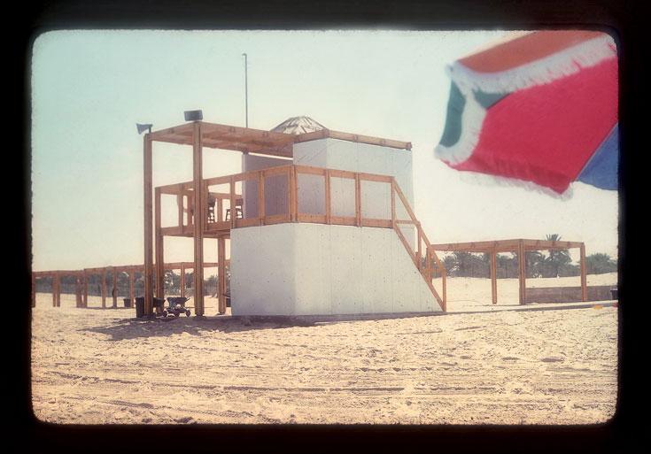 סוכת המציל בחוף ימית. האדריכלים הצעירים עופר ואמיר קולקר שילבו סנדות עץ עם בטון צבוע לבן (באדיבות קולקר קולקר אפשטיין)