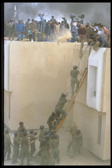 חיילים ושוטרים מנסים להוריד את המתבצרים על אחד הגגות (צילום: תל אור בני, לעמ)