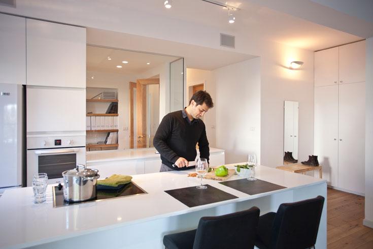 חדר עבודה החליף את מה שהיה פעם חדר רחצה, ובינו לבין הסלון נבנה קיר זכוכית, שנשען על משטח העבודה של המטבח (צילום: גידי בועז)