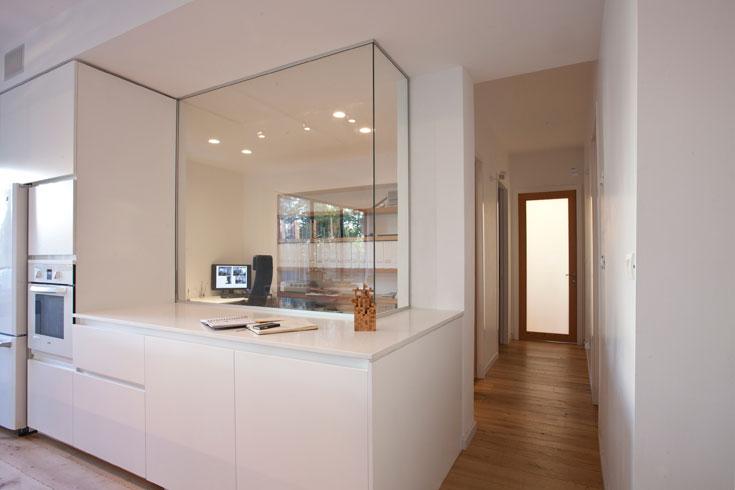 בני הבית אוהבים את ה''זליגה'' בין חיי העבודה והמשפחה, ואת קשר העין שמאפשר חדר העבודה השקוף (צילום: גידי בועז)