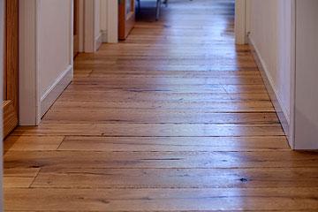 פרקט מעץ אלון מרובה עיניים, שפחות מסגיר כתמים ושריטות ומתאים יותר לבית עם ילדים (צילום: גידי בועז)