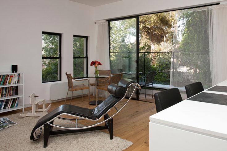 גם מעקה המרפסת עשוי זכוכית, כדי להעצים את תחושת המרחב. בסלון רהיטים מעטים. על שולחן קפה ויתרו, ולפינת האוכל נבחרו שולחן וכסאות שקופים ואווריריים (צילום: גידי בועז)