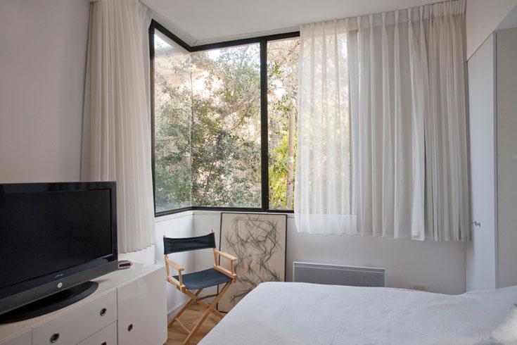 חלון זכוכית גדול גם בחדר השינה של ההורים (צילום: גידי בועז)
