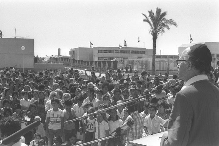 מנחם בגין נואם בימית, 1977. כעבור שנתיים בלבד הוא חתם על הסכם השלום שימחק את ימית מהמפה (צילום: משה מילנר, לעמ)
