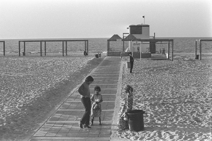 חוף הים וסוכת המציל, בתכנונם של האחים קולקר. המוני ישראלים נהרו לכאן בחופשות כדי ליהנות מהדיונות ומהים (צילום: משה מילנר, לעמ)
