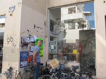 חנות האופניים ברחוב ברזילי. קהל צעיר ויצירתי (צילום: איתי כ''ץ)