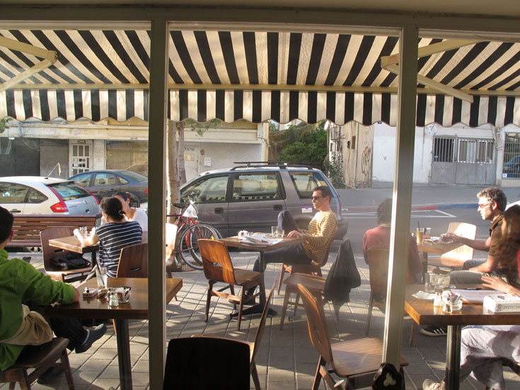 קפה וחנות הבגדים ''החשמל'' בשכונה. קו תפר מרתק בין לב העיר השבע לבין הדרום הרעב והתוסס (צילום: איתי כ''ץ)