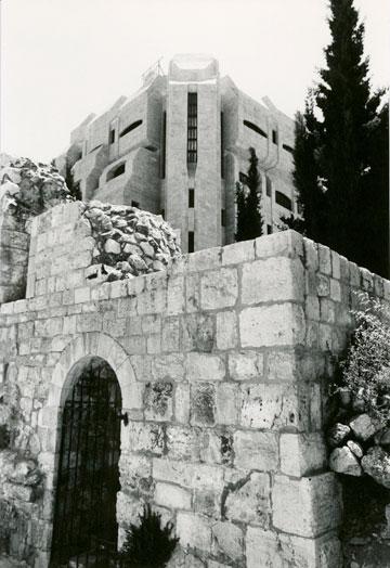 מבט על אגף בית המדרש מכיוון שרידי כניסה צלבנית שהשתמרה למרגלות הבניין (צילום: אליעזר פרנקל)