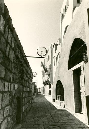 סמטה ביפו העתיקה. פריצת דרך באדריכלות הישראלית (צילום: אליעזר פרנקל)