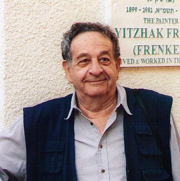 אליעזר פרנקל, על רקע שלט הנצחה לאביו, הצייר יצחק פרנקל (פרנל). דומיננטי, דעתן ומשפיע (צילום: אליעזר פרנקל)