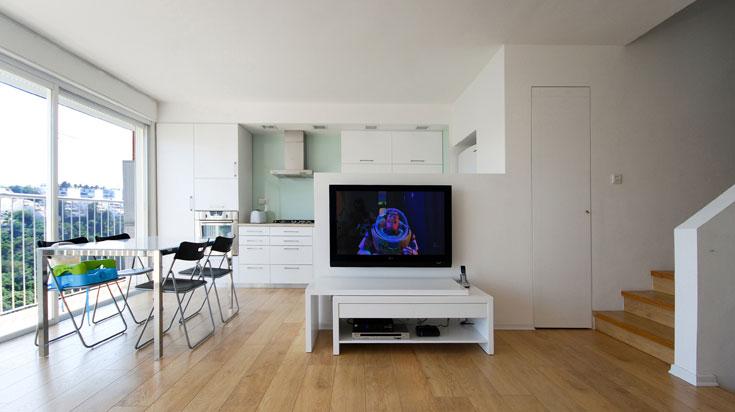קירות המטבח חופו זכוכית שמתאימה לשולחן האוכל (''איקאה'') (צילום: יהב מרום)