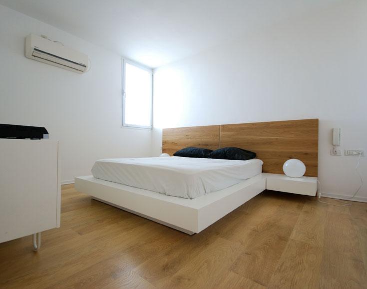 בחדר השינה בולטת מיטה בעלת בסיס ''מרחף'' וגב עץ (צילום: יהב מרום)