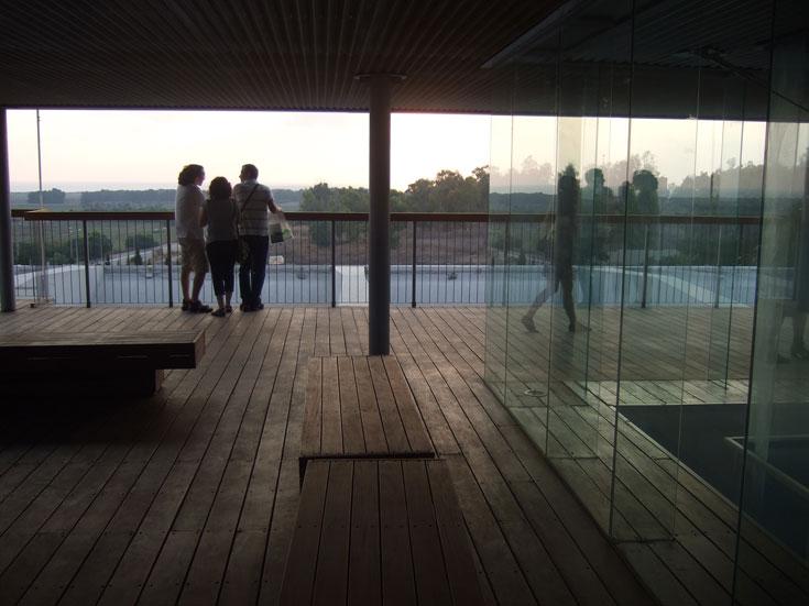 מוזיאון לוחמי הגטאות. על החידוש הופקד משרד האדריכלים אפרת-קובלסקי. בלב המבנה, שהיה ריק, קיר זכוכית שמאפשר לצפות בתוכנו של הארכיון, ו''מוציא'' אותו לאור (צילום: תמרה אפרת)