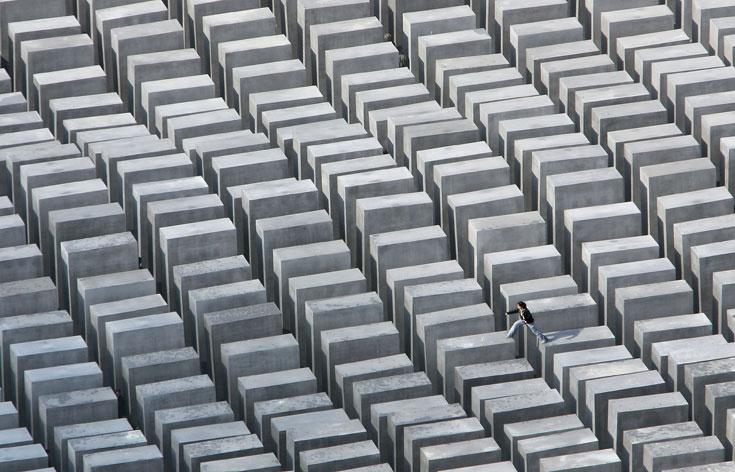 הקוביות מצופות חומר דוחה גרפיטי, תרומתה של חברת ''דגוסה'', שייצרה את הגז ציקלון בי עבור מחנות ההשמדה (צילום: gettyimages)