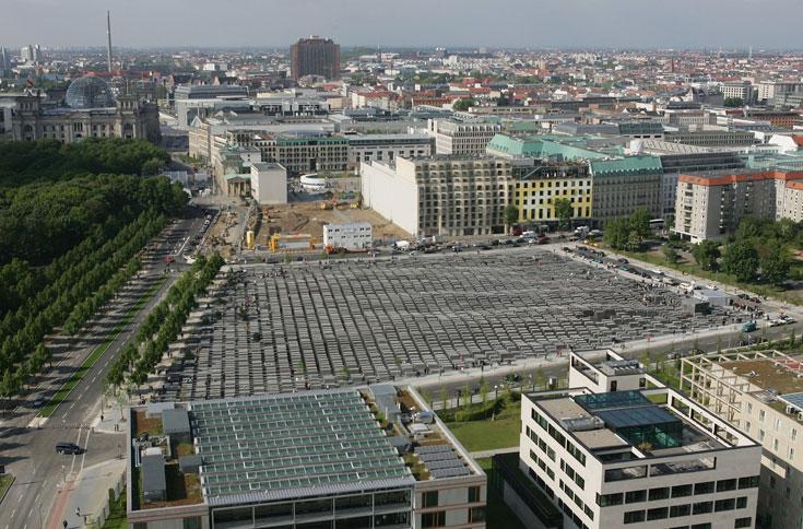 האנדרטה במרכז ברלין, בתכנון פיטר אייזנמן. 2,711 קוביות בטון בגבהים משתנים. אור וצל משחקים תפקיד בתחושה המצטברת של בלבול, ערבובייה ומועקה (צילום: gettyimages)