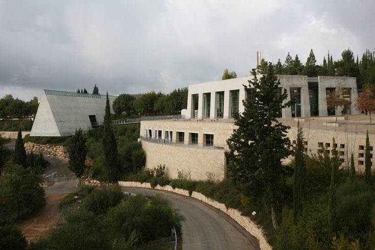 המוזיאון לתולדות השואה ביד ושם, בתכנון משה ספדיה. משולש באורך 180 מטרים שחודר את ההר. יציאה דרמטית ומועצמת בכוונה (צילום: שלומי כהן)