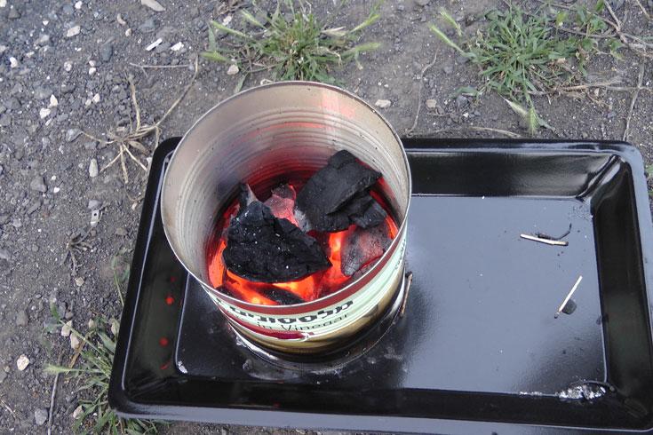 שלב 3: זרימת האוויר במלהיט מבעירה מיד את הפחמים (צילום: אסנת לסטר)