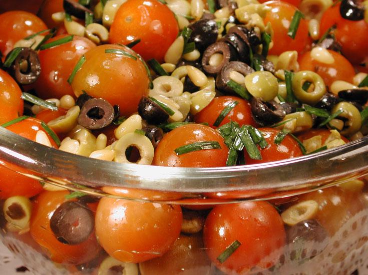 סלט עגבניות שרי וזיתים (צילום: אסנת לסטר)