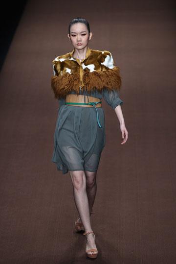 תצוגה של וו קסוקאי בשבוע האופנה בסין (צילום: gettyimages)