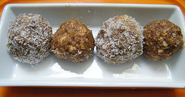 כדורי תמרים, שקדים וחומוס (צילום: שירי מזור)