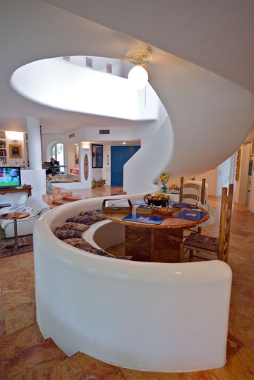 גרם מדרגות בסגנון יווני, בווילה שתיכנן אריה פרייברגר בהרצליה פיתוח (צילום: איתי סיקולסקי)