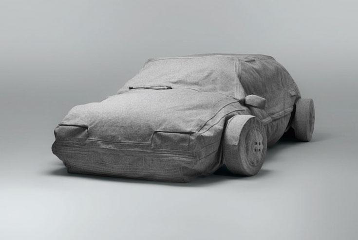 שטיח שעושה קולות של מנוע. העבודה של סטודיו BLESS הגרמני קידמה את פני הנכנסים לתערוכה