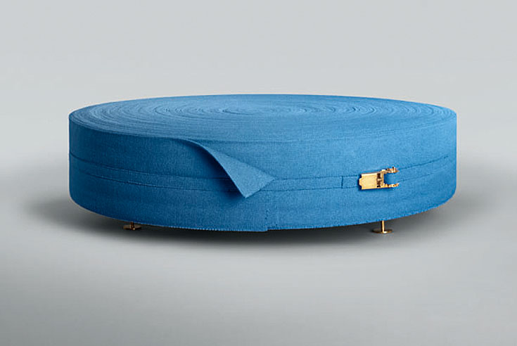 והנה עוד שימוש בחומר: סליל דמוי סלוטייפ שהוא, למעשה, שולחן. עבודה של הצמד הבריטי פטריק פדרקסון ואיאן סטאלארד